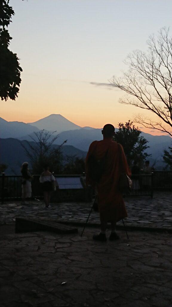 なぜか僧侶と富士山(高尾山)